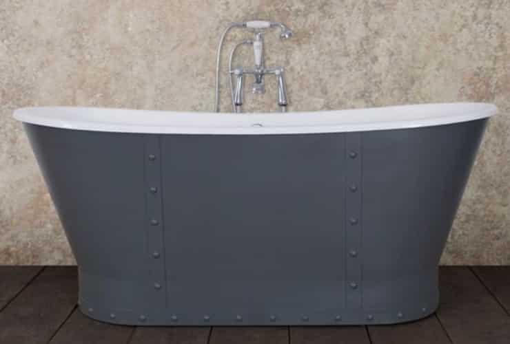 A bath in the Bateau style.